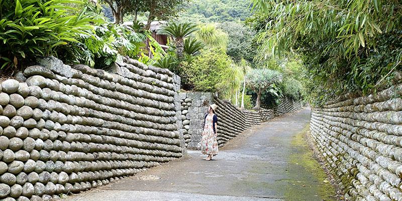 陣屋跡の玉石垣が積み上げられた坂道を歩く